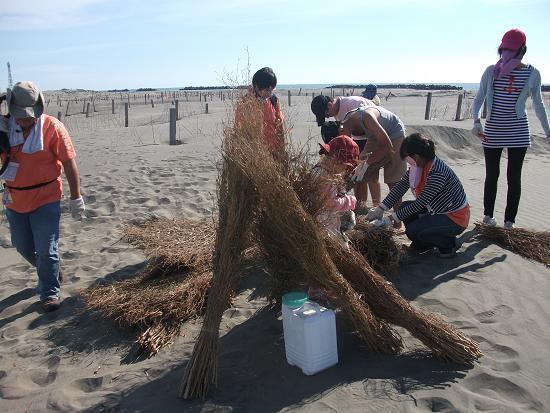 DSCF6797用幾綑竹枝為飲用水搭成小帳篷.JPG