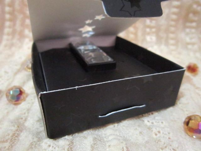 美麗驚喜從換新裝的禮盒開始。2013 3月魅影盒子AZBOX